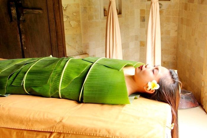 ボディマスクの後バナナの葉で身体をラッピングし肌への浸透を高めます。