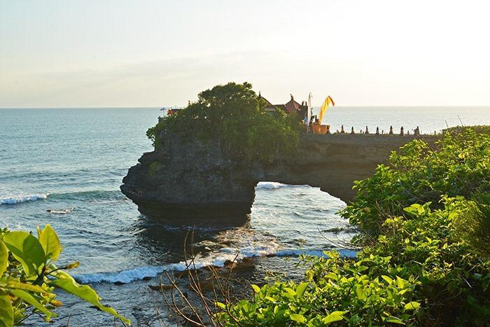 タナロット寺院の横にあるバトゥボロン寺院。「バトゥ」は石、「ボロン」は穴という意味