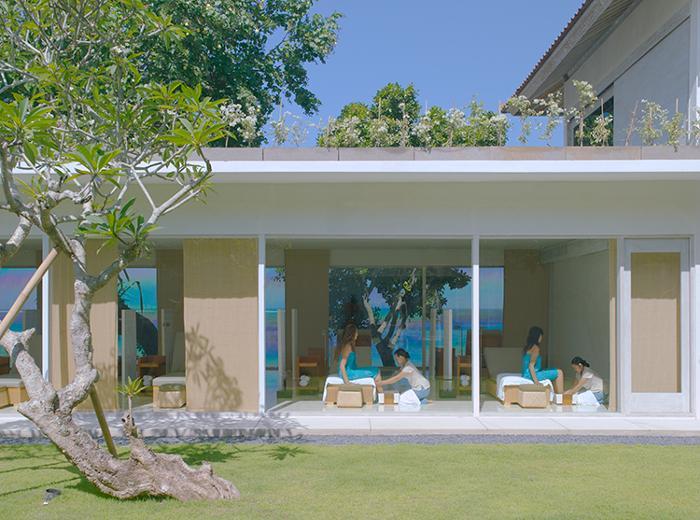 クタのカルティカプラザ通りにあるラマダビンタンホテルの中の海の前にあります。