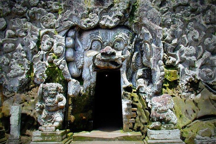 11世紀の古代遺跡、ゴアガジャ。洞窟の中を見学します。