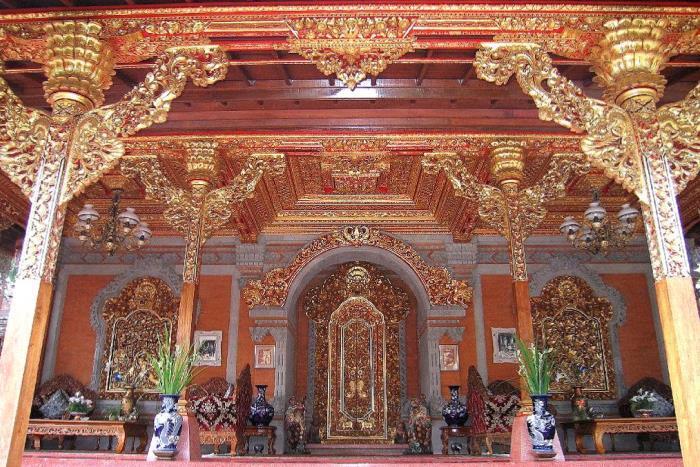 ウブドの王様の家、王宮の中で王様の暮らしを見学。