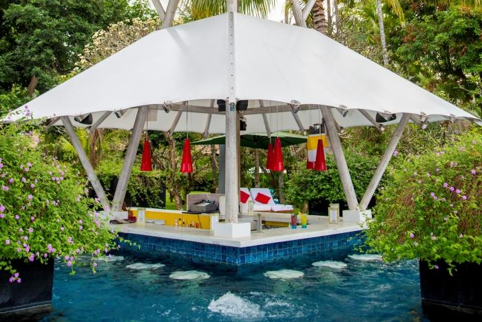 プールには傘がかわいいこんなスペースもあります。