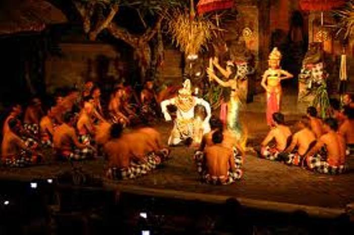 円陣の中ではインドの叙述詩ラマヤナ物語が演じられます。