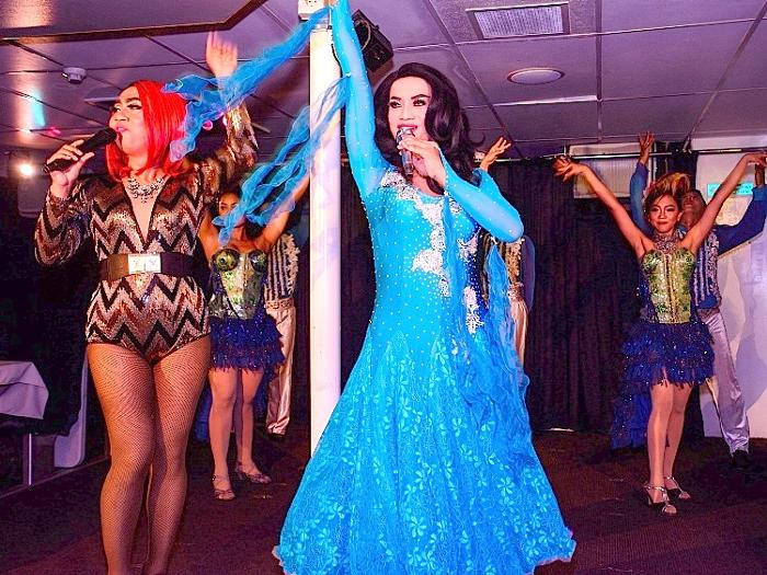 ダンサーと共に南国の夜を楽しもう。ご家族、友人、カップル、皆でエンジョイ!