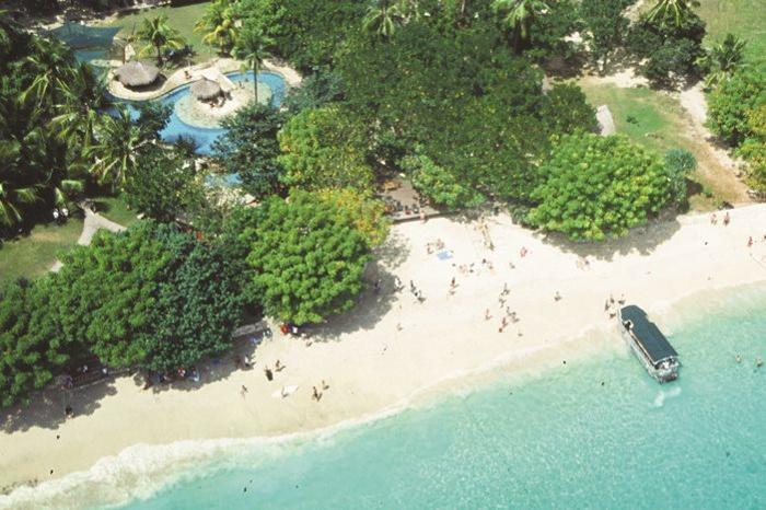 レンボンガン島にはガラスのように輝く海と砂浜の大自然に島の時間が流れます。
