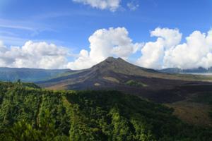 バリの景勝地、キンタマーニ高原。迫力あるバトゥール山の眺め。