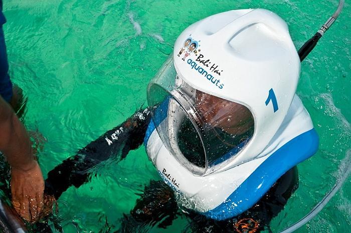 シーウォーカーのヘルメットをかぶる事で水中での呼吸を可能にします。