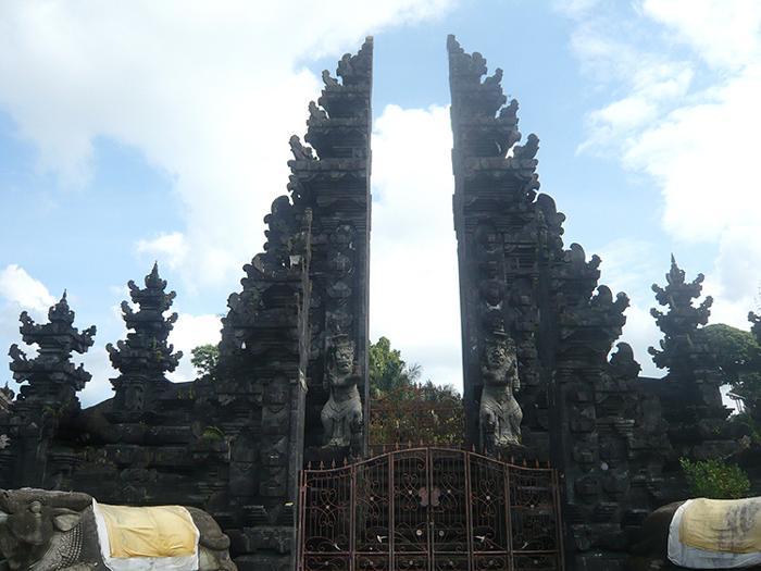 荘厳なバリ・ヒンドゥー教寺院が現れました。