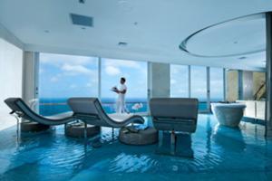 大きなガラス窓からはワイドなインド洋を堪 能できる