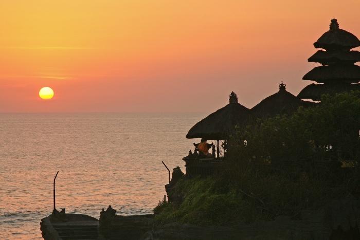 沈む太陽、黄金に輝く海、夕日に映える寺院のシルエットで有名な、タナロット寺院