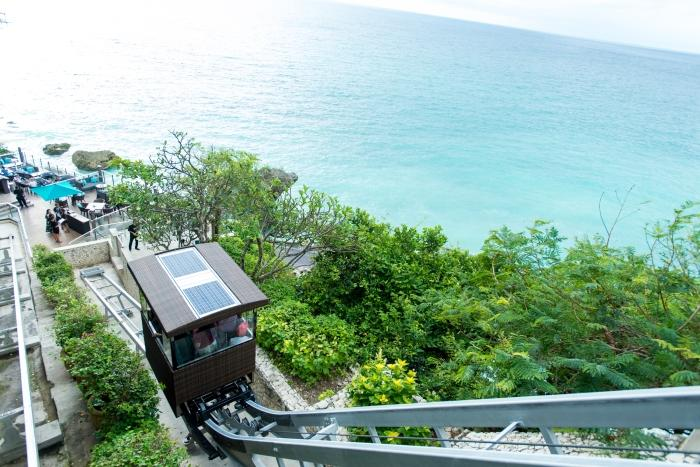 インド洋の絶景を臨むロックバーへは、崖沿いをケーブルカーに乗ってアクセスします。階段もあり。