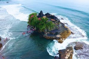 満潮時は、海に浮かぶ孤島の寺院、 干潮時は潮が引き、寺院入口まで行くことが出来る
