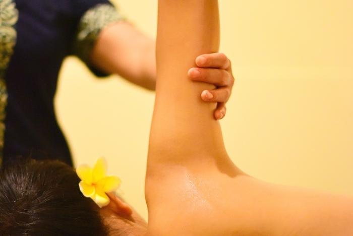 指圧は手で押す、揉む、さする、引っ張る、こねる、震わす、叩くなどの刺激を与え体をほぐしていきます