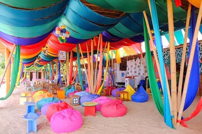 ビーチにぴったりなカラフルクッション、パラソルやビーチベッドもあります。楽しみ方は自由自在。