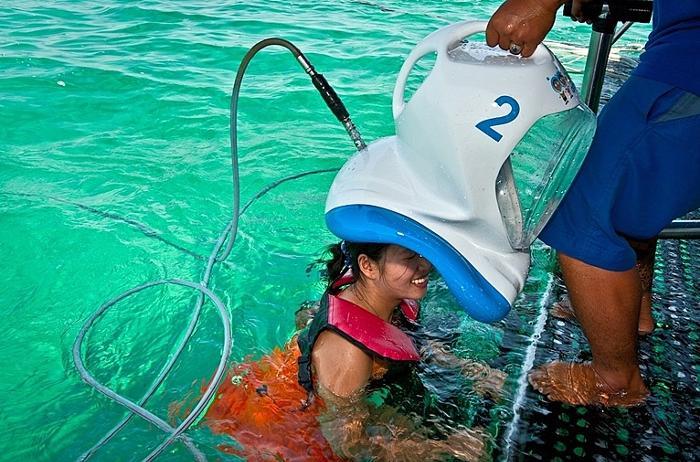 ヘルメットをかぶって水中体験へ!