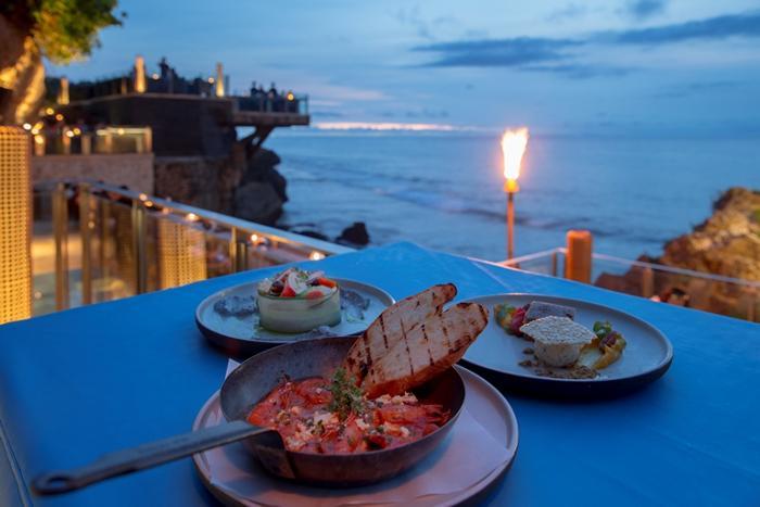日が沈む頃、 ロックバーでのギリシャ料理ディナーをお楽しみください。