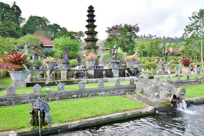 ティルタガンガはバリらしい石像、大きな水面が広がりとても涼し気。
