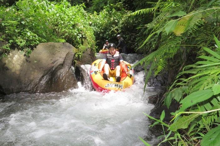 時々急流や段差、難所で はスリルも味わいながら、約1.5時間の冒険。