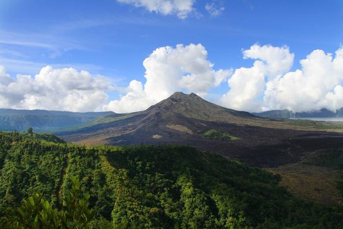 バトゥール山 黒々とした溶岩や麓のバトゥール湖が見える