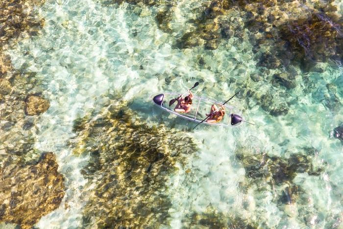 透明なカヌー(有料レンタル)で海の底を観察。