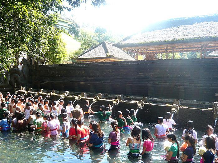 聖なる湧き水のお寺 ティルタエンプルで沐浴をする人々
