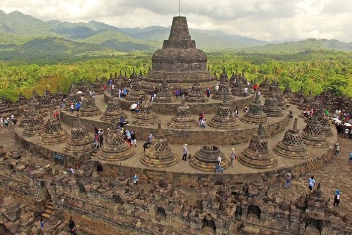 仏教の宇宙観を表現しているとも言われるボロブドゥール。