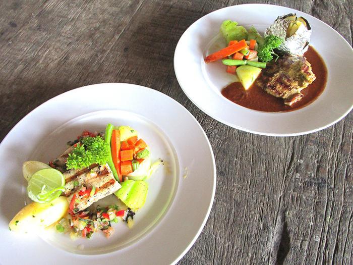 ランチはインターナショナル料理、インドネシア料理からお選び頂けます。