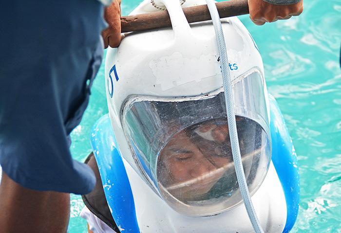 海水の体感重量は5キロくらいなんだそうですよ。ゆっくりと梯子を下りていきます。